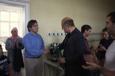 Herr Dr. Vöhringer (links) überreicht den Hauswein der Akademie