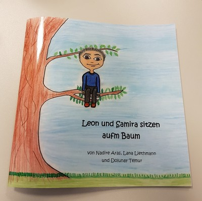 Leon und Samira sitzen aufm Baum