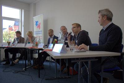 V.l.n.r.: Thomas Stritzl (CDU), Luise Amtsberg (Bündnis ´90/Grüne), Emre Küçükkaraca (Moderation), Mathias Stein (SPD), Lorenz Gösta Beutin (Die Linke) und Sebastian Blumenthal (FDP)